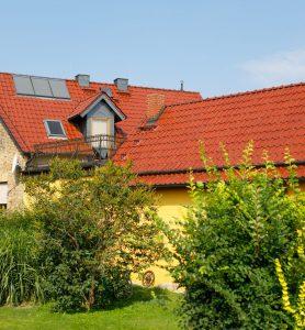 Gelbes Haus mit roten Steildächern