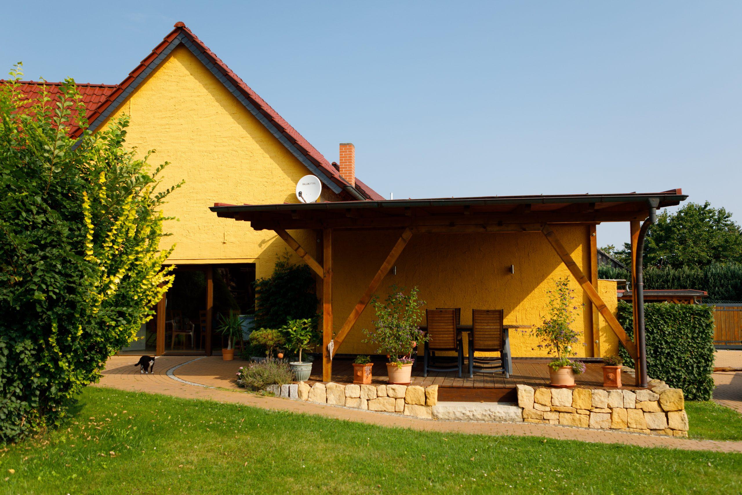 Gelbes Haus mit Terrasse