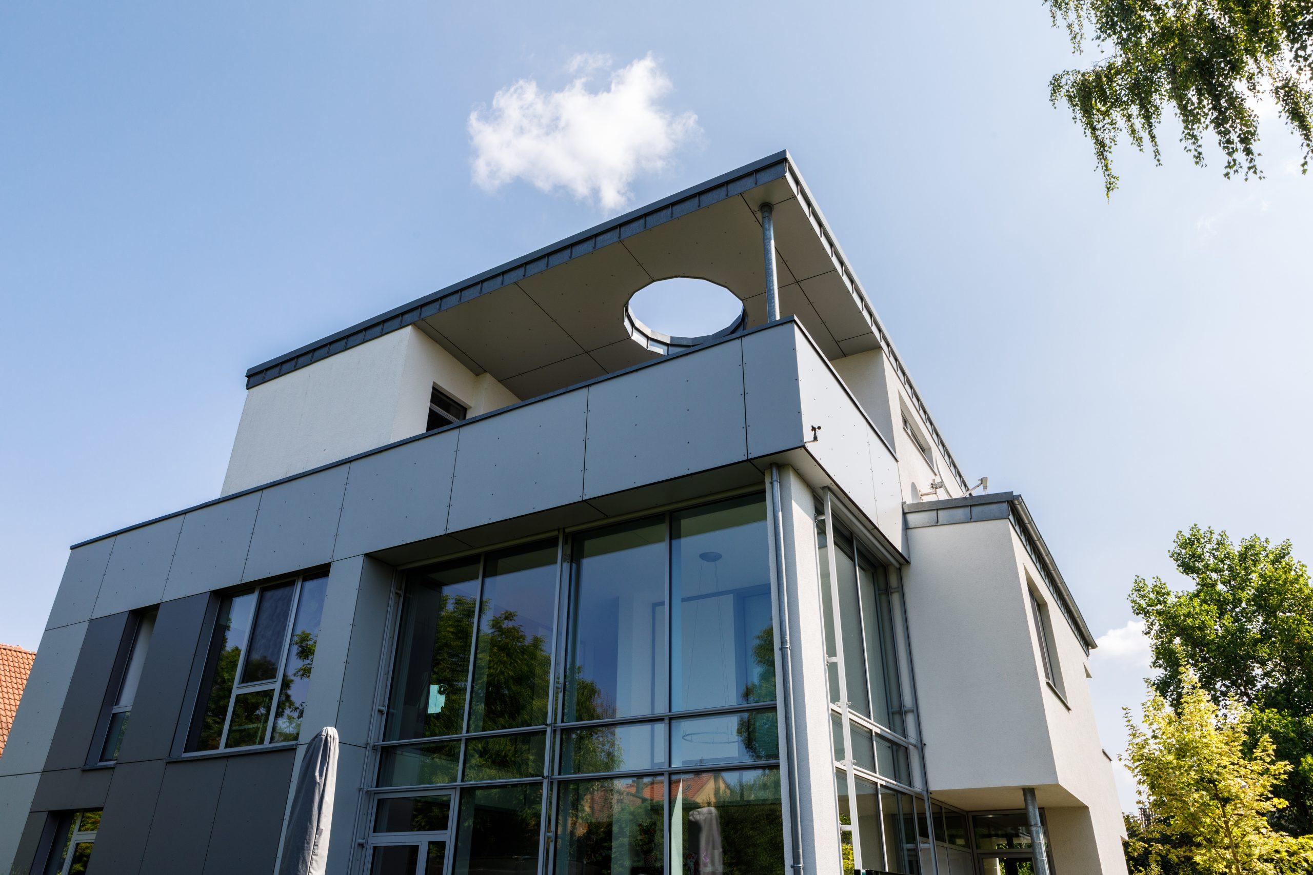Fassade mit großen Fenstern