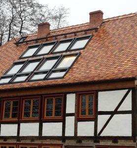 Steildach in Biberschwanzdeckung und Velux-Fenstern